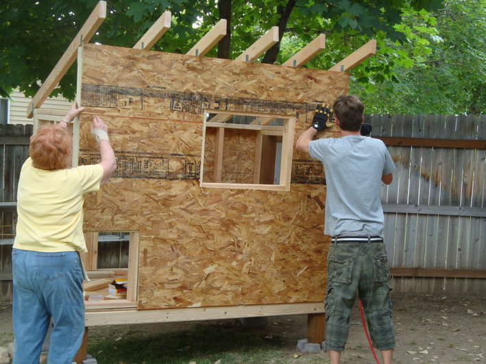 Cute Backyard Chicken Coops : Oh no, it?s not plumb!? ?We?re not building a house